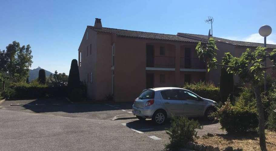 Vue du parking de la résidence
