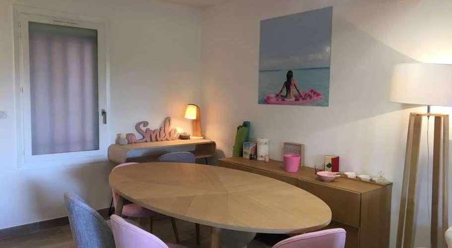 L'appartement Agay à Saint Raphael offre un espace convivial pour échanger.