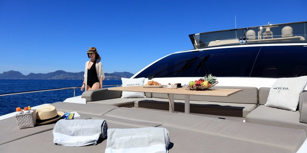 Petit déjeuner à l'avant du yacht summer breeze 1