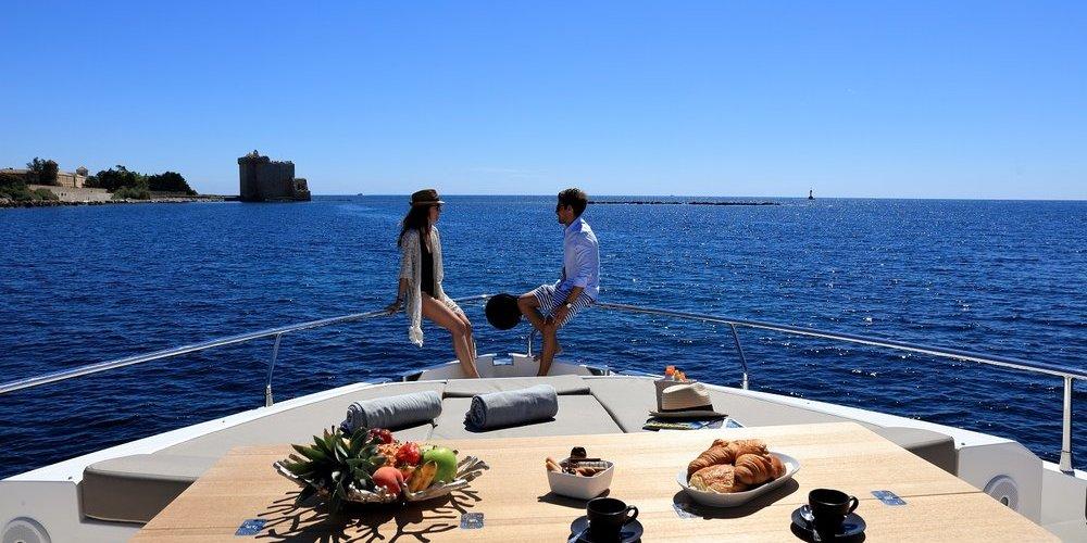 Petit déjeuner en amoureux sur le yacht summer breeze 1