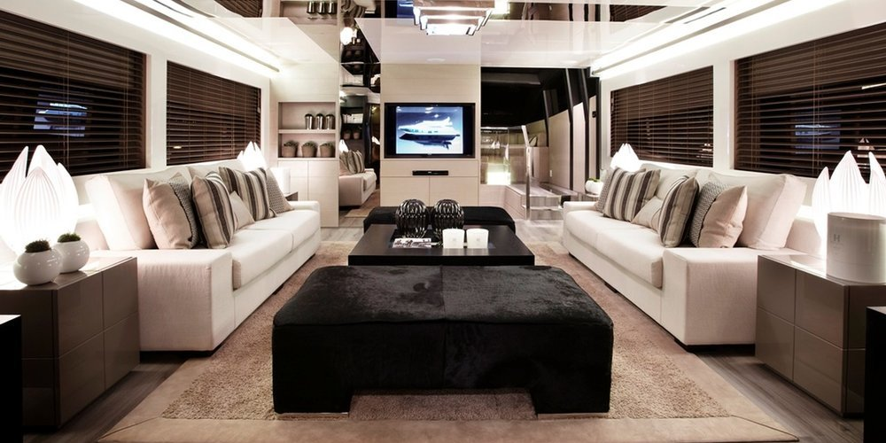 Un grand salon sur le yacht summer breeze 1
