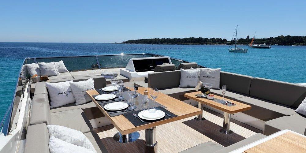 Une table pour inviter ses amis sur le toit du yacht summer breeze 1