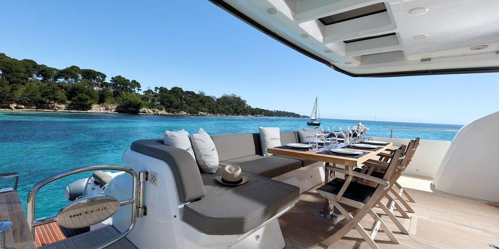 Des salons pour se reposer sur le yacht summer breeze 1