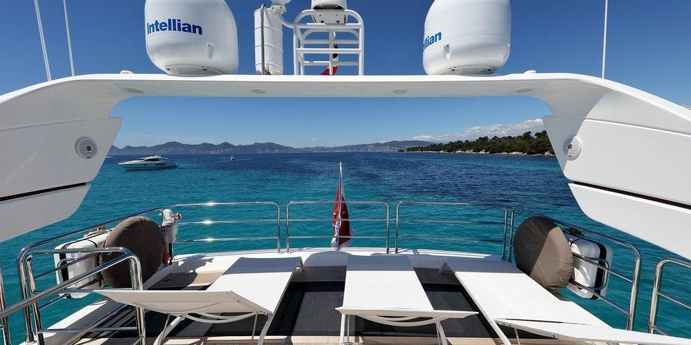Vue arrière du yacht summer breeze 1