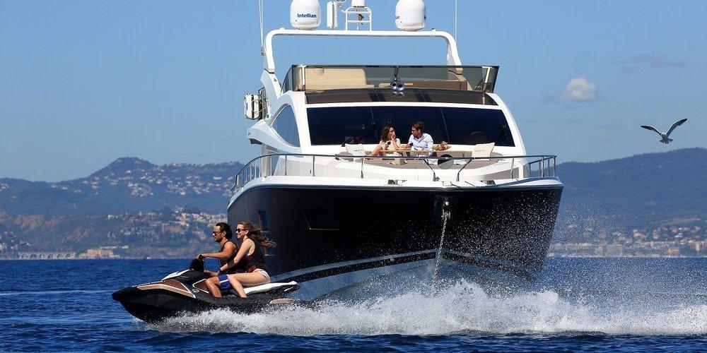 Vue avant du yacht summer breeze 1
