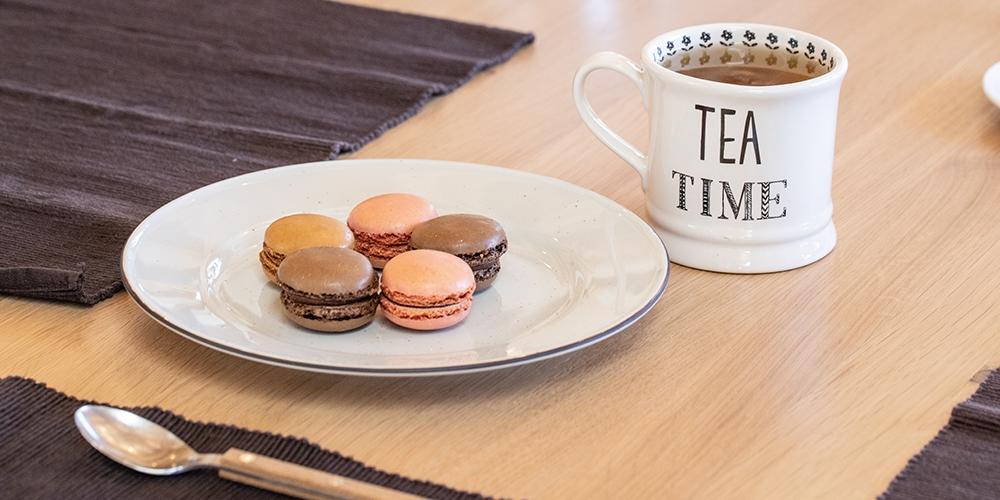 Assiette de macarons et thé